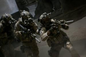 Oddział Navy Seals przeprowadza nocny nalot na dom Bin Ladena Wróg Numer Jeden - Columbia Pictures 2012