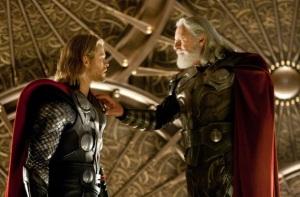 Chris Hemsworth Thor i Anthony Hopkins Odin. Ojciec z synem w Królewskim Pałacu. Thor - Marvel Paramount 2011