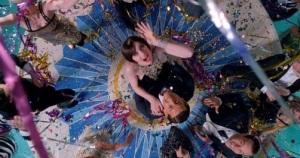 Nick Carraway Tobey Maguire i Jordan Baker Elizabeth Debicki. Bawią się na impresie w Pałacu Gatsbiego. Wielki Gatsby - The Great Gatsby - Warner 2013
